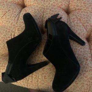 Libby Edelman bow zip booties 8.5